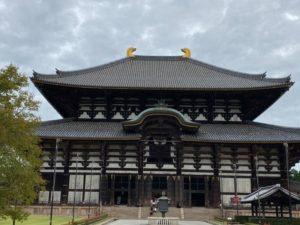 金銅八角燈籠と大仏殿