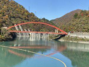 宇奈月湖と赤い橋