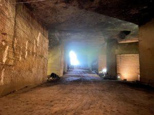 地上の光が地下空間に差し込む