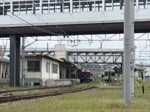 小諸駅のホームと電車